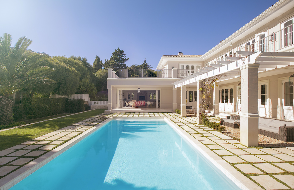 Lap swimming pool designs go along luxury house